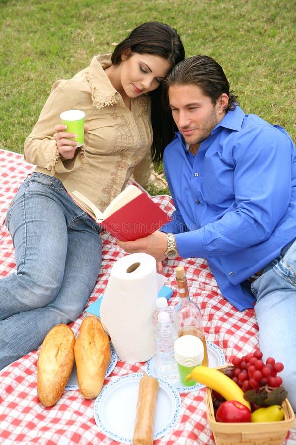 Jeune pique-nique de couples extérieur photo stock