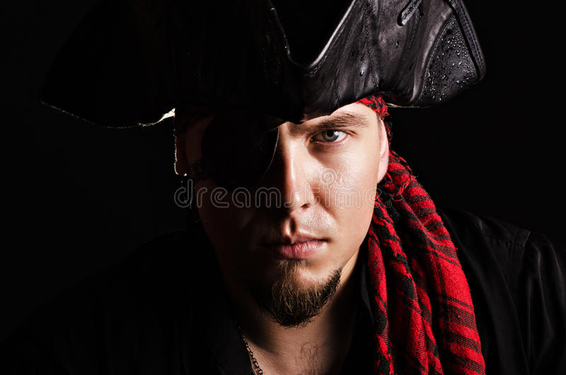 Jeune pirate regardant l'appareil-photo photo stock