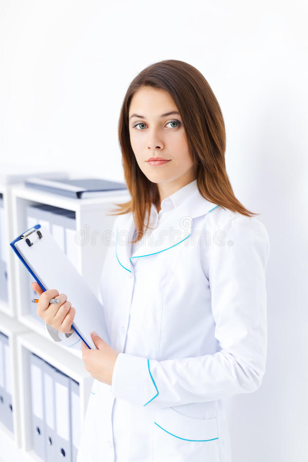 Jeune planchette femelle de fixation de docteur dans l'hôpital images stock