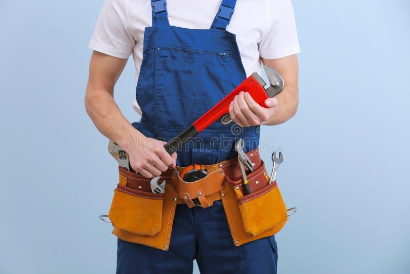 Jeune plombier beau avec des outils photo stock