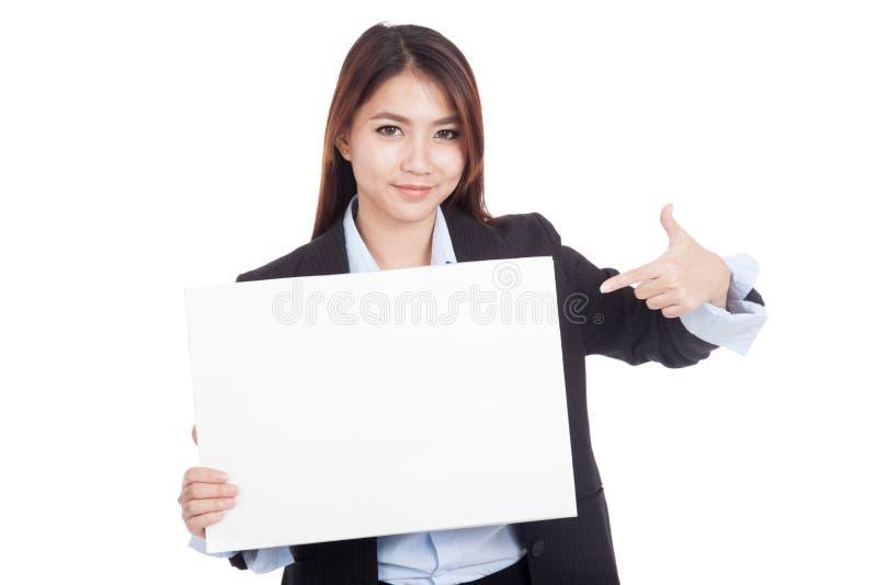 Jeune point asiatique de femme d'affaires pour masquer le signe photos stock