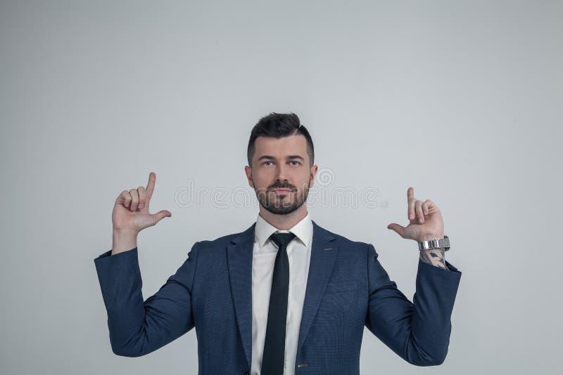 Jeune point caucasien sûr d'homme avec le doigt recherchant démontrer la bonne offre de vente de publicité, mâle européen enthous photos libres de droits