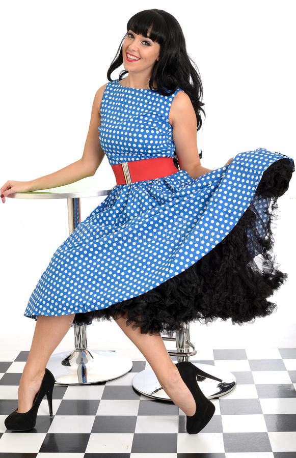 Jeune polka heureuse sexy attrayante Dot Dress de Posing In Retro de modèle de Pin- de vintage photo stock