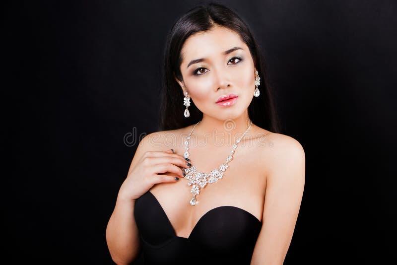 Jeune portrait asiatique de femme de Beautyful jewerly et images libres de droits