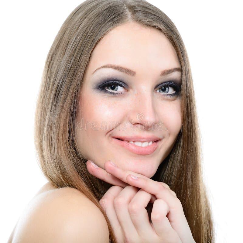 Jeune portrait attrayant mignon de femme avec le long regard juste de cheveux photo stock