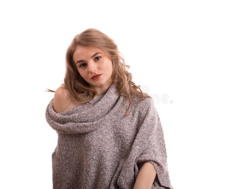 Jeune portrait blond assez sexy de femme dans le studio sur le whi d'isolement photographie stock