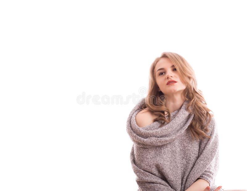 Jeune portrait blond assez sexy de femme dans le studio sur le whi d'isolement photo libre de droits