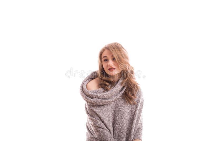 Jeune portrait blond assez sexy de femme dans le studio sur le whi d'isolement image stock