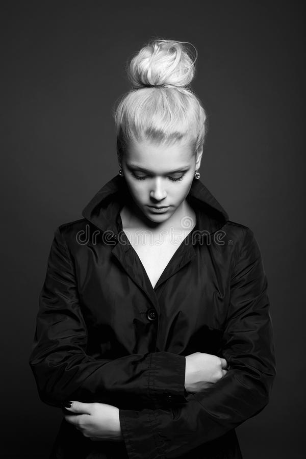 Jeune portrait blond de femme de mode images libres de droits