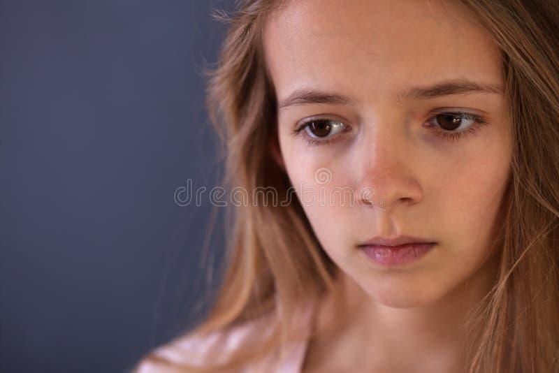 Jeune portrait d'adolescent d'un gir triste ou inquiété photo stock