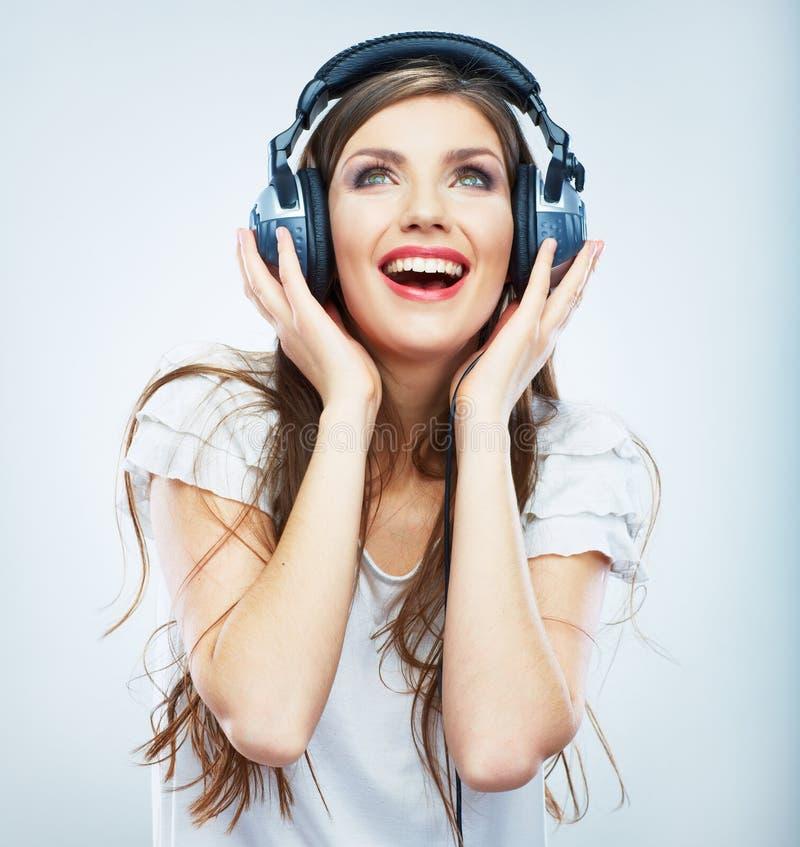 Jeune portrait d'isolement de musique par femme heureuse. Studio modèle femelle photographie stock