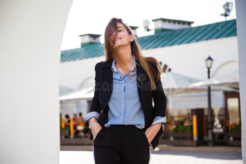Jeune portrait de sourire de femme d'affaires dans le costume avec de beaux longs cheveux images libres de droits