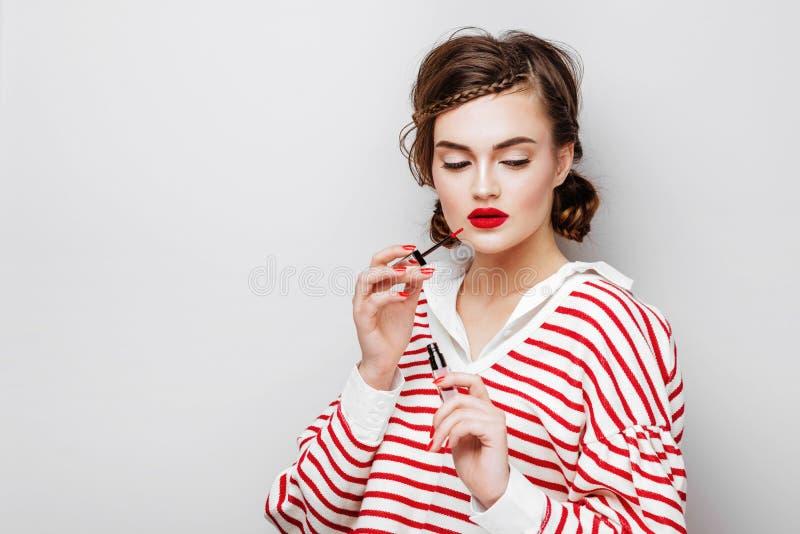 Jeune portrait magnifique de visage de femme de brune photos libres de droits