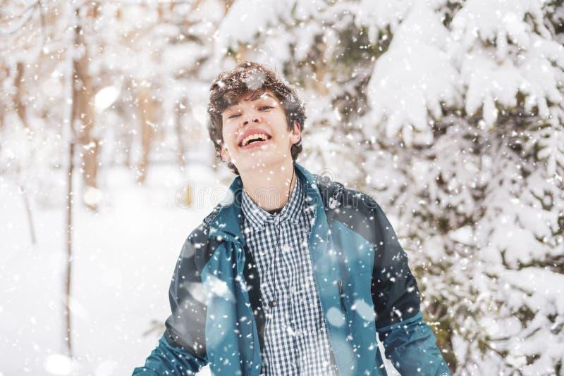 Jeune portrait masculin d'adolescent sur le Forest Park pendant la saison f d'hiver photographie stock libre de droits