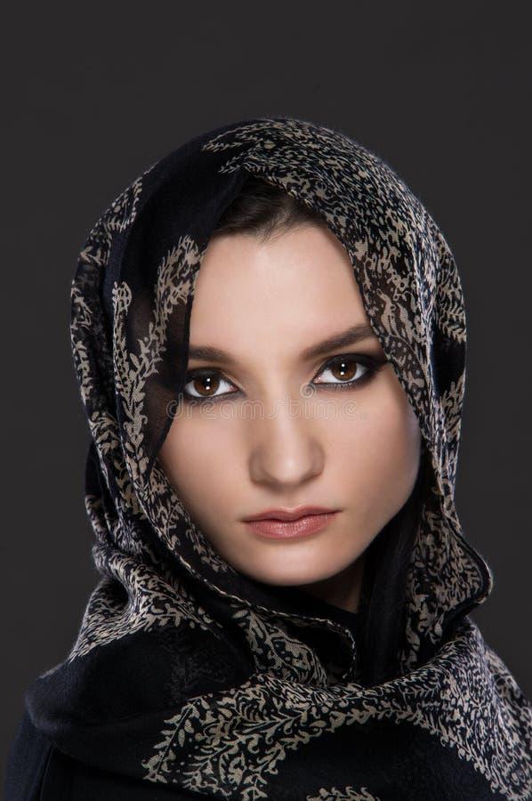Jeune portrait musulman de femme utilisant une écharpe principale photographie stock