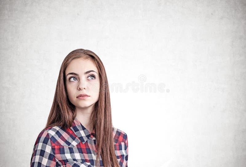Jeune portrait occasionnel de pensée de femme images stock