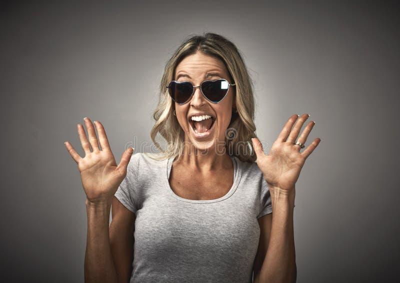 Jeune portrait riant heureux de fille image stock
