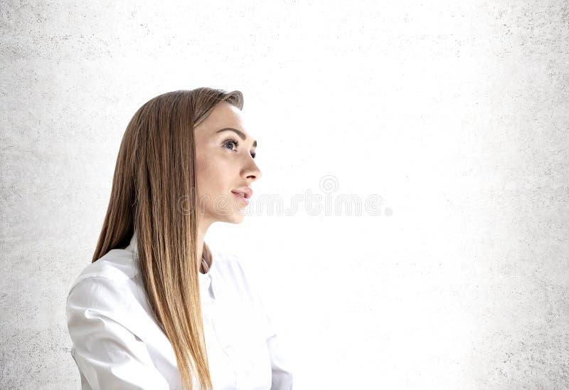 Jeune portrait songeur de femme d'affaires, faux  images stock