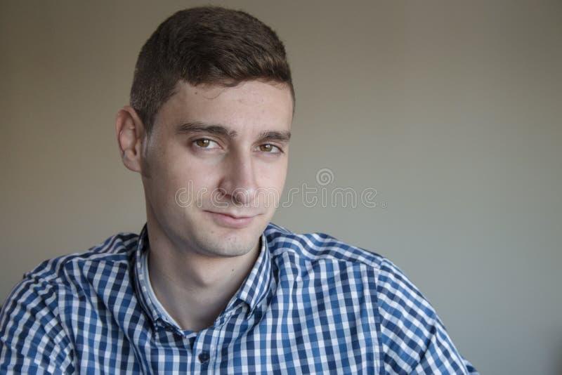 Jeune portrait suggestif d'homme d'affaires photos stock