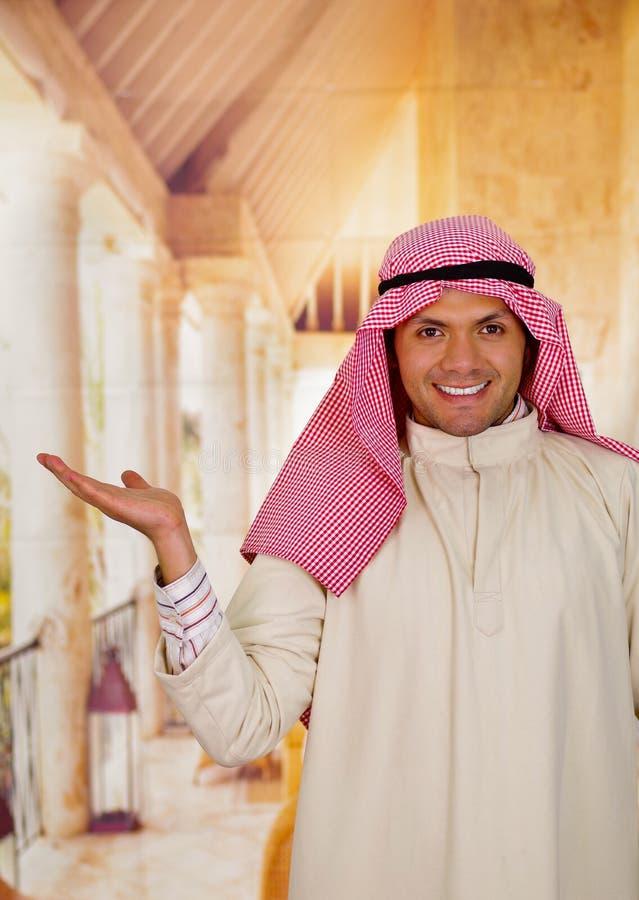 Jeune pose Arabe mignonne de sourire d'homme heureuse photographie stock libre de droits