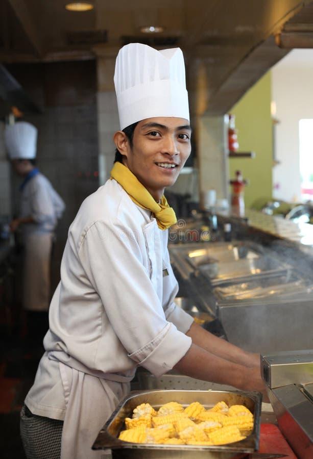 Jeune pose asiatique de chef photo stock