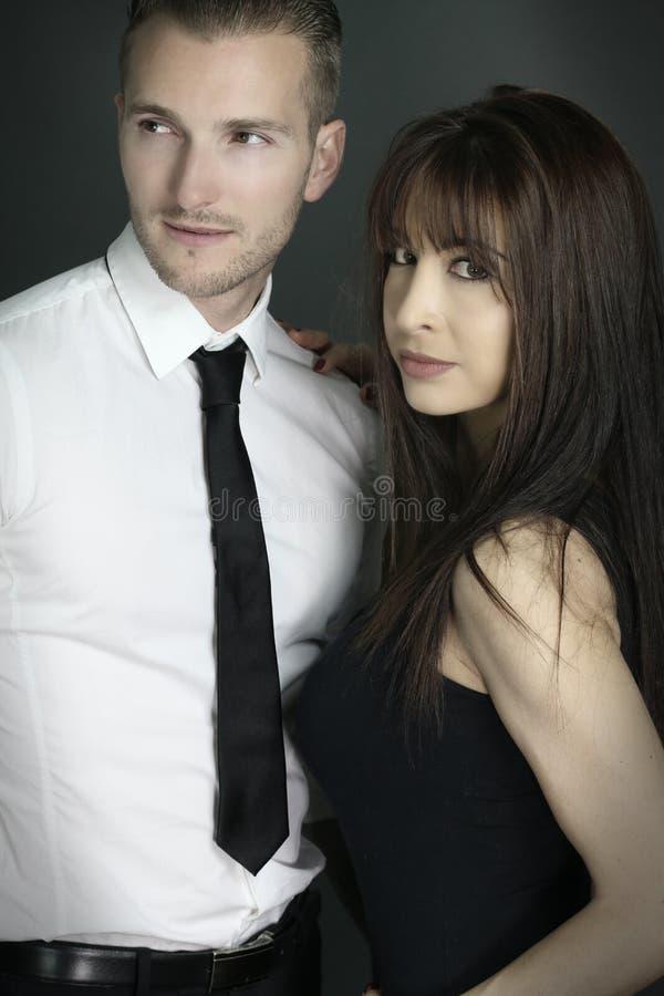 Jeune pose attrayante de couples photographie stock libre de droits