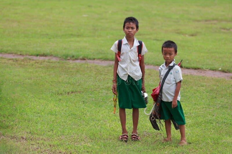 Jeune pose d'écoliers pour un portrait image stock