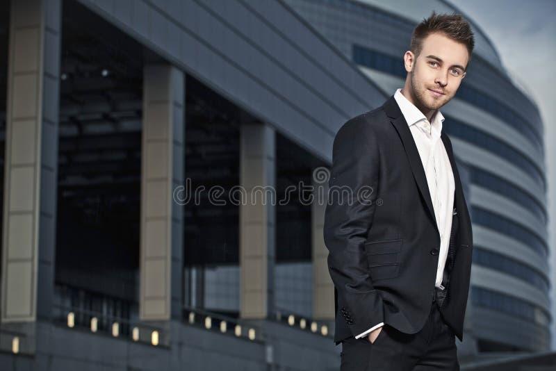 Jeune pose d'homme d'affaires extérieure. photographie stock libre de droits