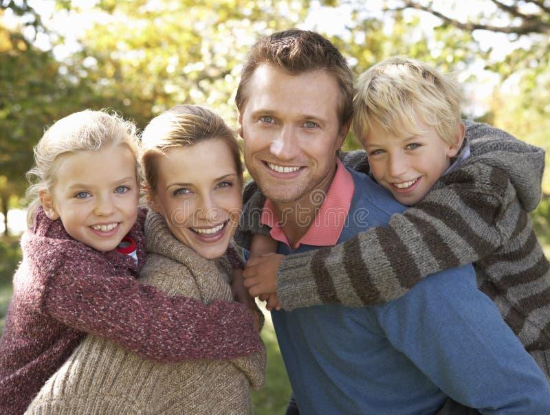Jeune pose de famille en stationnement image stock