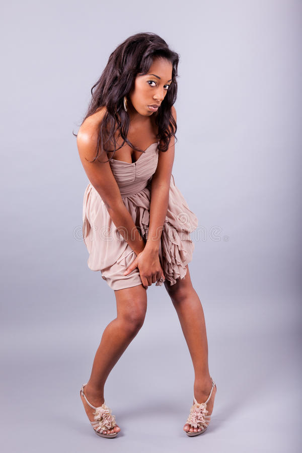 Jeune pose de femme d'Afro-américain image stock