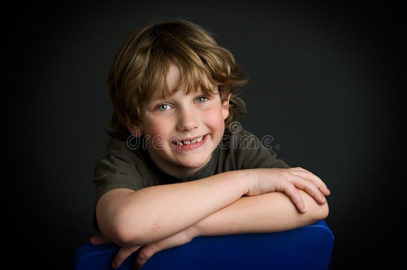 Jeune pose de garçon photos stock