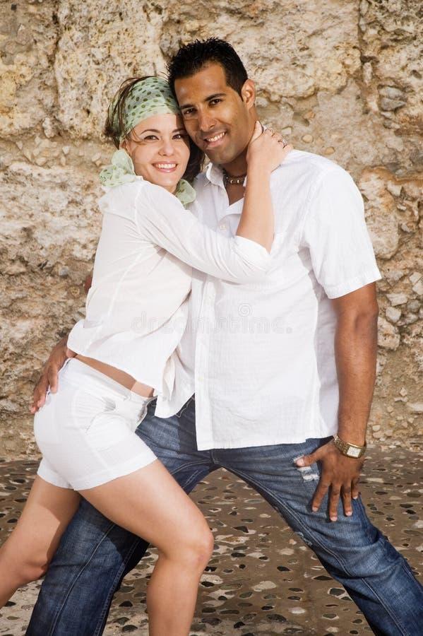 Jeune Pose Heureuse De Couples Images libres de droits