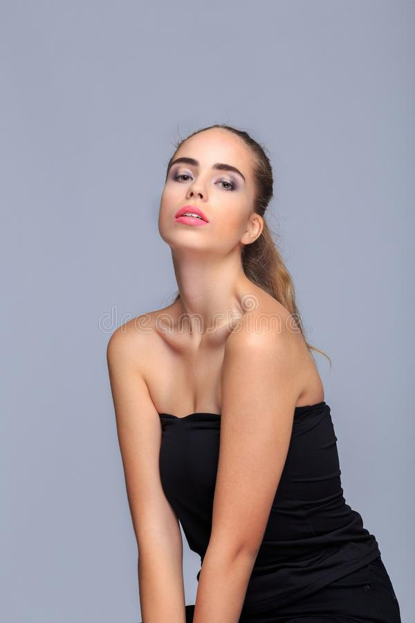 Jeune pose modèle dans le studio, concept de beauté, cosmétiques image libre de droits