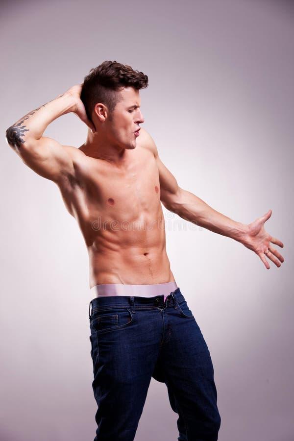 Jeune pose musculaire de danseur image stock
