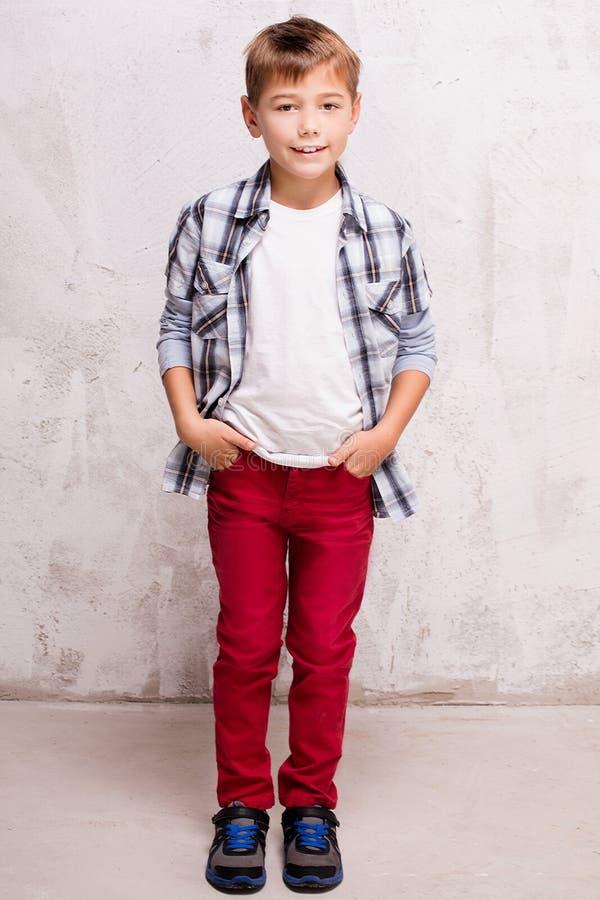 Jeune pose occasionnelle de garçon image stock