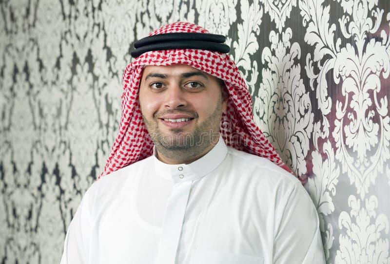 Jeune pose saoudienne d'homme d'affaires photo stock