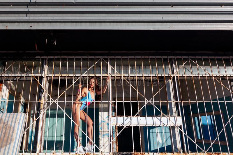Jeune pose sportive de femme photo stock