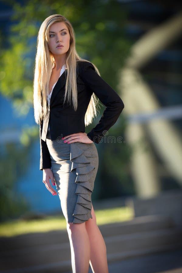 Jeune position blonde de femme photographie stock