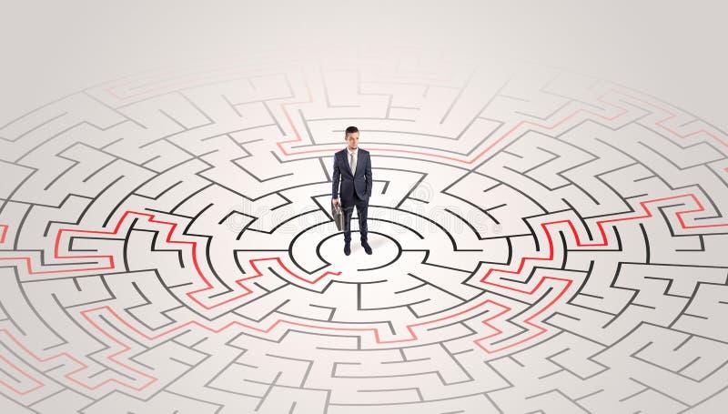 Jeune position d'entrepreneur à un milieu d'un labyrinthe photographie stock libre de droits