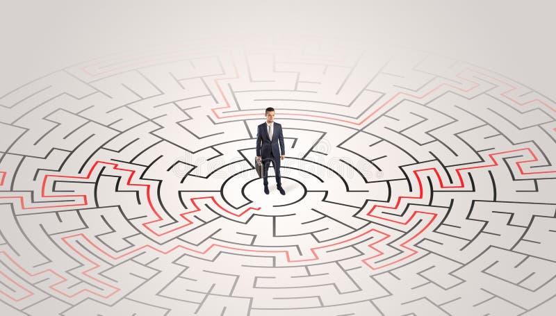 Jeune position d'entrepreneur à un milieu d'un labyrinthe photo libre de droits