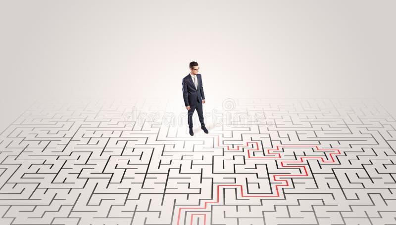 Jeune position d'entrepreneur à un milieu d'un labyrinthe images stock