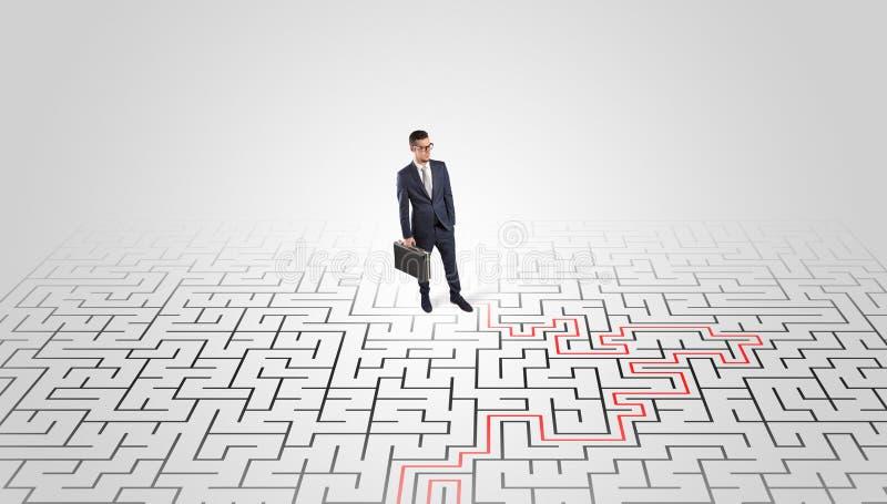 Jeune position d'entrepreneur ? un milieu d'un labyrinthe photos libres de droits