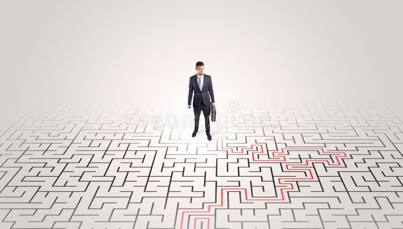 Jeune position d'entrepreneur ? un milieu d'un labyrinthe image libre de droits