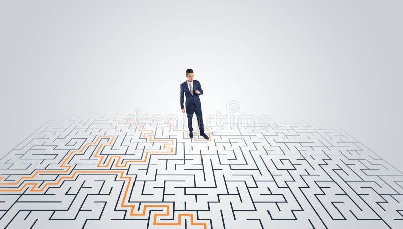 Jeune position d'entrepreneur ? un milieu d'un labyrinthe image stock