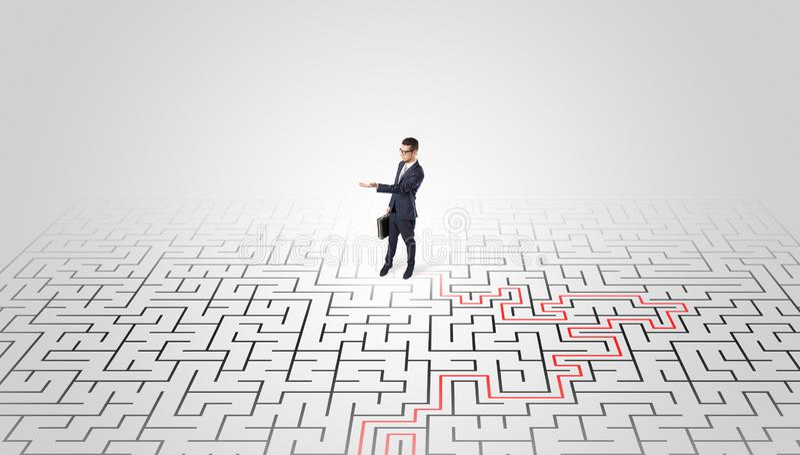 Jeune position d'entrepreneur ? un milieu d'un labyrinthe photos stock