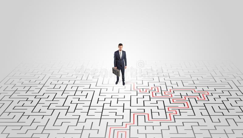 Jeune position d'entrepreneur ? un milieu d'un labyrinthe photo libre de droits