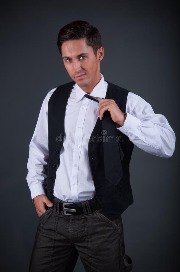 Jeune position d'homme d'affaires de charme photographie stock