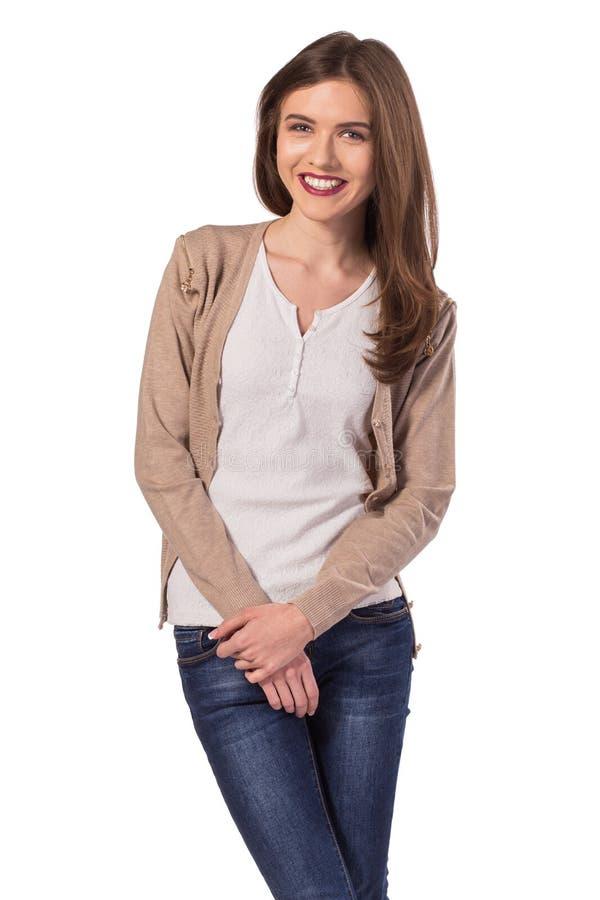 Jeune position de sourire de femme images stock
