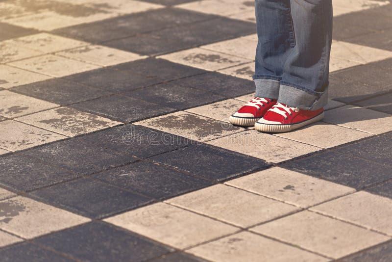 Jeune position femelle adolescente sur la rue photographie stock libre de droits