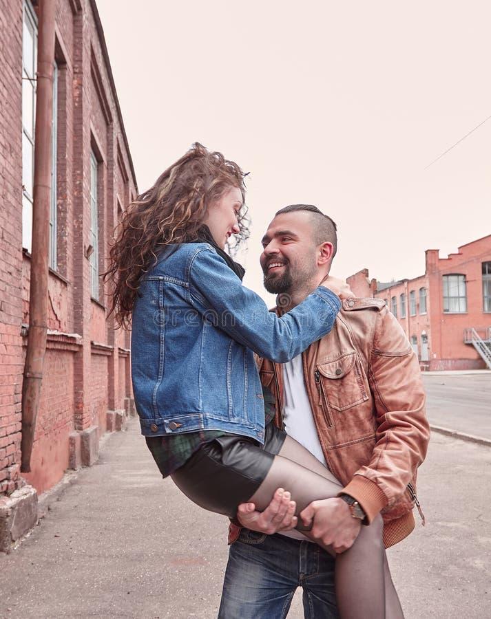 Jeune position romantique de couples sur la rue de ville images libres de droits